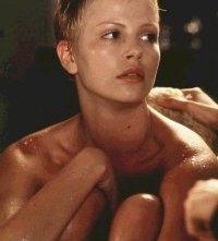 Charlize Theron in una scena di The Astronaut's Wife
