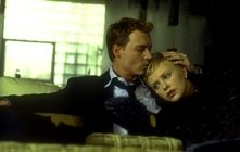 Johnny Depp con Charlize Theron in una scena di The Astronaut's Wife