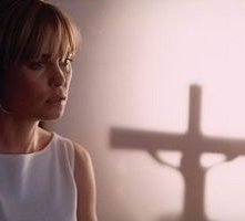 Radha Mitchell in una scena di Man of fire