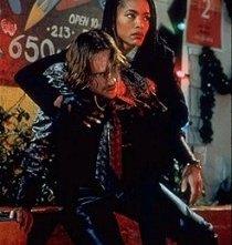 Angela Bassett e Ralph Fiennes in una scena di Strange days