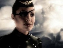 Angelina Jolie in una scena di Sky Captain and the World of Tomorrow