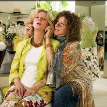 Blythe Danner e Barbra Streisand in una scena di Mi presenti i tuoi?