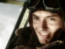 Un primo piano di Jude Law in una scena di Sky Captain and the World of Tomorrow