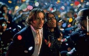 Ralph Fiennes e Angela Bassett in una scena di Strange days