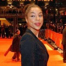 Sophie Okonedo sfila sulla passerella all'entrata della Berlinale