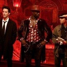 Keanu Reeves, Djimon Hounsou e Shia LaBeouf in una scena di Constantine