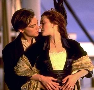 Kate Winslet e Leonardo DiCaprio in una celebre scena del film Titanic