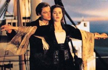 Kate Winslet e Leonardo DiCaprio in una famosissima scena del film Titanic