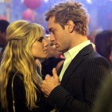 Sienna Miller con Jude Law n una scena di Alfie