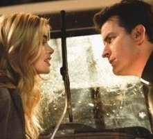 Denise Richards e Charlie Sheen in una scena di Scary Movie 3