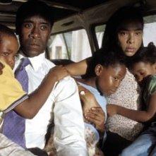 Don Cheadle e Sophie Okonedo in una scena di Hotel Rwanda