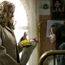 Elisabeth Shue e Dakota Fanning in una scena di Nascosto nel buio