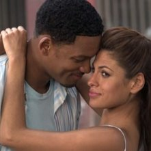 Eva Mendes e Will Smith in una scena di Hitch - Lui sì che capisce le donne