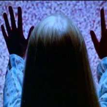 Heather O'Rourke in una scena di POLTERGEIST: DEMONIACHE PRESENZE, di Tobe Hooper