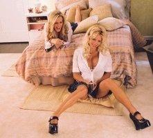 Jenny McCarthy e Pamela Anderson in una scena di Scary Movie 3