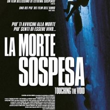 La locandina italiana di La morte sospesa - Touching the void