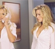 Pamela Anderson e Jenny McCarthy in una scena di Scary Movie 3