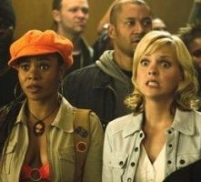 Regina Hall e Anna Faris in una scena di Scary Movie 3