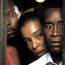 Sophie Okonedo e Don Cheadle in una scena di Hotel Rwanda