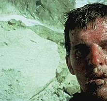 Brendan Mackey in una scena di Touching the Void