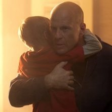 Jimmy Bennett e Bruce Willis in una scena di Hostage