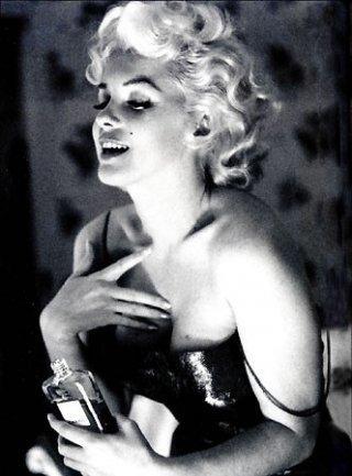 Marilyn Monroe in una foto leggendaria, quella per il profumo Chanel