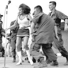 South Vietnam, dicembre 1967: Raquel Welch balla con alcuni soldati invitati sul palco durante lo show natalizio di Bob Hope