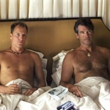 Woody Harrelson e Pierce Brosnan in una scena di After the sunset