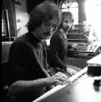 John Carpenter e Alan Howarth lavorano sulla colonna sonora di Halloween III - Il signore della notte