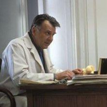 Tome Wilkinson è il dottor Howard Mierzwiak