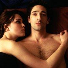 Keira Knightley e Adrien Brody in una scena di The Jacket