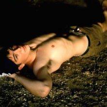 una immagine sexy di Josh Hartnett disteso sulla sabbia