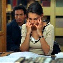 Katie Holmes e Benjamin Bratt in una scena di Abandon
