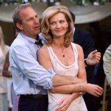 Joan Allen e Kevin Costner in una scena di Litigi d'amore