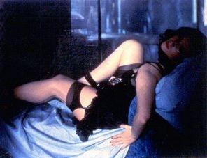 Stefania Sandrelli posa per Frank Finlay in una scena de La chiave
