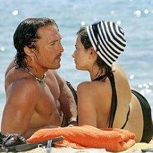 Matthew McConaughey con Penelope Cruz in una scena di sahara