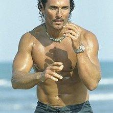 Un sexy Matthew McConaughey in una scena di Sahara