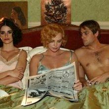 Penelope Cruz, Charlize Theron e Stuart Townsend in una scena di Gioco di donna