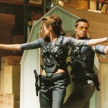 Brad Pitt e Angelina Jolie in una scena d'azione di Mr. and Mrs. Smith