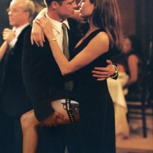 Brad Pitt e Angelina Jolie in una scena di Mr. and Mrs. Smith, sul set del quale iniziarono la loro storia d'amore