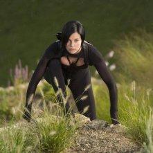 Un'atletica Charlize Theron in una scena di Aeon Flux