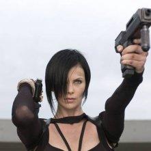 Charlize Theronsexy e armata in una scena di Aeon Flux