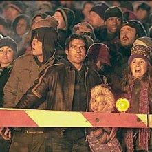 Tom Cruise con Dakota Fanning in una scena de La guerra dei mondi