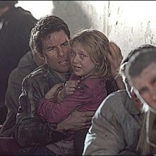 Tom Cruise e Dakota Fanning in una scena drammatica de La guerra dei mondi