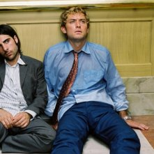 Jason Schwartzman e Jude Law in una scena di I Love Huckabees