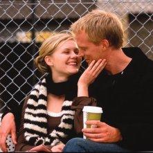 Attimi di tenerezza tra Kirsten Dunst e Paul Bettany in una scena del film Wimbledon