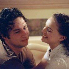 Zach Braff con Natalie Portman in una scena del film La mia vita a Garden State