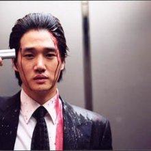 Ji-tae Yu in una scena di Old Boy, del 2003