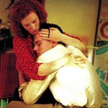 Abbraccio tra Katherine Hepburn e Howard Hughes in The Aviator
