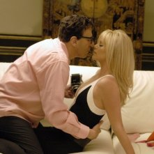 Geoffrey Rush con Charlize Theron in una scena di Una pantera ad Hollywood